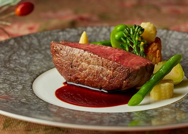 フルコースの肉料理イメージ